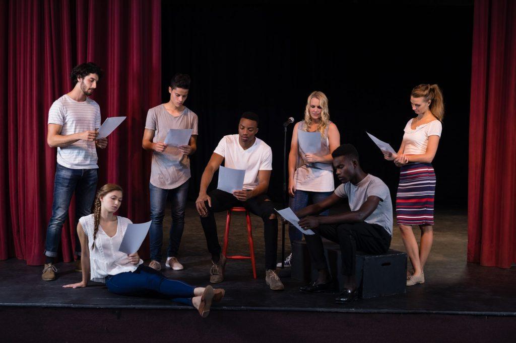 images d'acteurs en cours de répétition